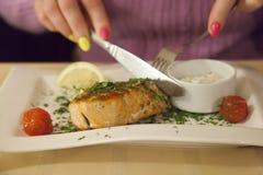 Руки кола вырезывания женщины от рыб плита Стоковое Изображение RF