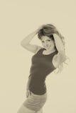 Руки красивой молодой женщины извиваясь через ее волосы стоковая фотография rf