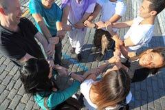 руки круга держат красных туристов sguare Стоковое Фото