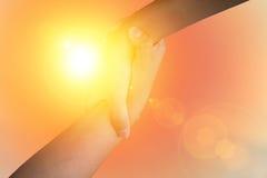 Руки крупного плана используемые для того чтобы помочь одину другого на предпосылке против как крюка hang долларов принципиальной Стоковое Изображение RF