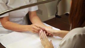 Руки клиентов техника ногтя рассматривая сток-видео