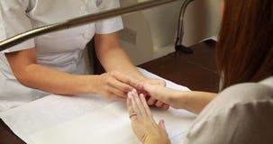 Руки клиентов техника ногтя рассматривая акции видеоматериалы