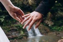 Руки любовников пар свадьбы нежно касаются agains одина другого стоковые изображения rf