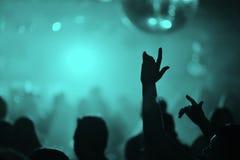 Руки людей в ночном клубе стоковые фото