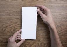 Руки людей держа белую рогульку стоковое фото rf