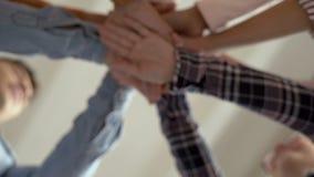 Руки людей кладутся совместно Запас рук Зачатие единства, приятельства и сыгранности 4K сток-видео