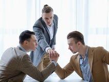Руки людей конкуренции дела сфокусированные армрестлингом Стоковое фото RF