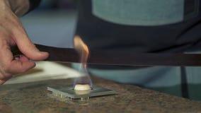 Руки людей на процессе огня кожа для того чтобы сделать кожаный пояс сток-видео