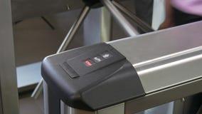 Руки людей прикладывают электронный пропуск к контрольно-пропускному пункту калитки турникета в офисе сток-видео
