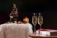 Руки людей торжества рождества или Нового Года с кристаллическими glas стоковые изображения rf