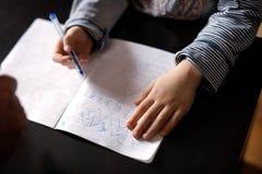 Руки мальчика во время класса стоковое изображение