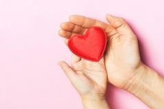 Руки мамы и младенца с сердцем Стоковые Изображения RF