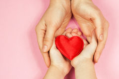 Руки мамы и младенца с сердцем Стоковое Фото