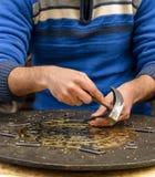 Руки мастера гравируя латунную плиту Стоковые Изображения RF