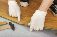 Руки мастера, настила положения слоистого Стоковое Фото