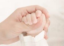 Руки матери держа baby'hand Стоковое Изображение RF