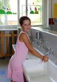 Руки маленькой девочки моя в керамической раковине в ванной комнате o Стоковое Изображение