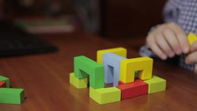 Руки мальчика собирают дизайнера, кубов строения акции видеоматериалы