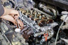 Руки механика завинчивают гайку с ключем Стоковое Изображение RF