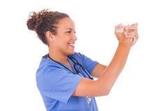 Руки медсестры детенышей моя с мылом стоковое изображение rf