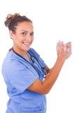 Руки медсестры детенышей моя с мылом стоковая фотография