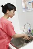 Руки медсестры моя в тазе Стоковая Фотография RF