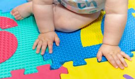 Руки младенца на поле 2 Стоковое Изображение RF