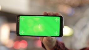 Руки молодого человека используя телефон в городе вечером видеоматериал