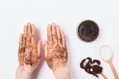 Руки молодой женщины прикладывают косметику scrub стоковые фотографии rf