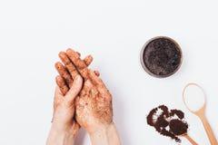 Руки молодой женщины прикладывают массажировать стоковое изображение