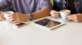 Руки молодого человека и женщины на таблице кафа Стоковые Изображения RF