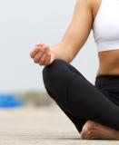 Руки молодой женщины в йоге представляют outdoors Стоковые Фото
