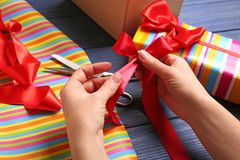 Руки настоящих моментов упаковки женщины Стоковая Фотография RF