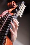 Руки на барочном музыкальном инструменте Стоковые Изображения