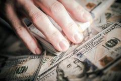 Руки на деньгах Стоковое Изображение