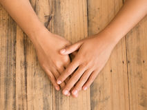 руки на деревянной таблице Стоковое фото RF