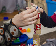 Руки на деревянных кубах Стоковая Фотография
