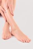 Руки на женских ногах Стоковая Фотография