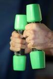 Руки на зеленых гантелях Стоковое фото RF