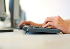 Руки на клавиатуре Стоковое Фото