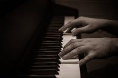Руки над клавиатурой рояля Стоковые Изображения