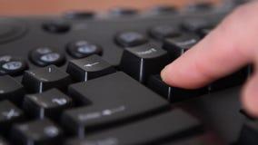 Руки на клавише на клавиатуре компьютера, который нужно уничтожить видеоматериал