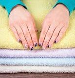 Руки на полотенцах Стоковые Изображения