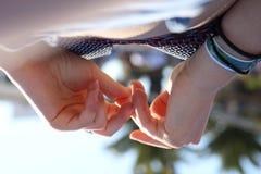 Руки на пляже стоковая фотография rf