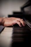 Руки на рояле Стоковая Фотография
