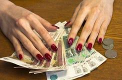 Руки на счетах, распространение женщин вне любят вентилятор Стоковое Изображение RF