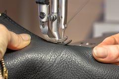 Руки на швейной машине стоковая фотография