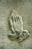 Руки на Gravestone Стоковое Изображение RF