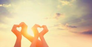 2 руки на sunsut Стоковое Изображение