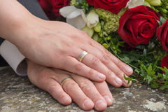 Руки невесты и жениха Стоковые Фото